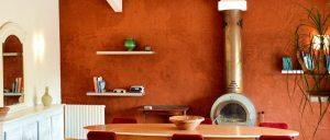 Enduit terre argile pour murs salon avec des couleurs ocre, peut facilement se corriger et fait respirer le mur contre l'humidité